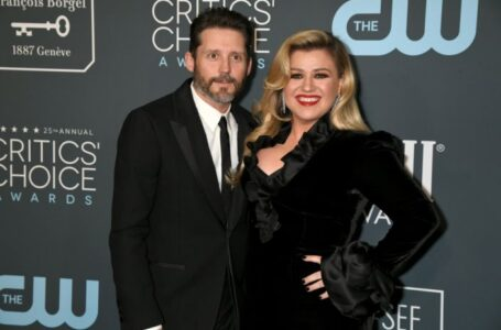 SANTA MONICA, CALIFORNIA - JANUARY 12: Brandon Blackstock (L) and Kelly Clarkson attend the 25th Annual Critics' Choice Awards at Barker Hangar on January 12, 2020 in Santa Monica, California. (Photo by Jeff Kravitz/FilmMagic)